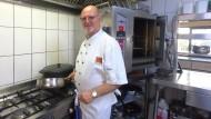 """In seinem Hobbyraum: Stephan Hock hat nie eine Kochausbildung gemacht, gehört aber zur """"Chaîne des Rotisseurs""""."""