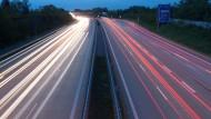 Autos fahren über die Autobahn 4 bei Dresden.