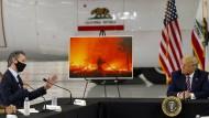 """""""Vor Ort"""" sich einen Eindruck der Lage verschaffen, interpretiert jeder anders. Für Amerikas Präsident Trump (ohne Maske) reicht offensichtlich schon ein Briefing durch den kalifornischen Gouverneur Gavin Newsom (mit Maske) in einer kühlen Halle im Flughafen von Sacramento."""