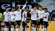 Er stand mal wieder richtig: Thomas Müller und seine Mannschaftskollegen feiern den Siegtreffer.
