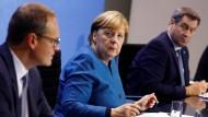 Angela Merkel mit Markus Söder und Michael Müller (im Vordergrund)