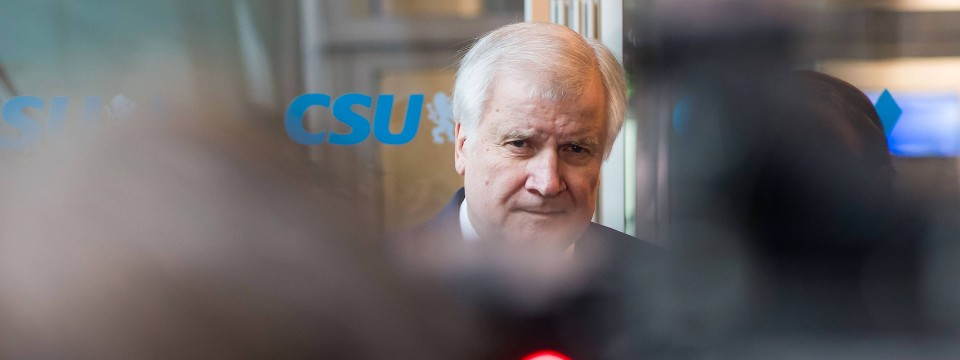 Wirkt reichlich unentspannt: CSU-Chef Seehofer am Tag nach der Bundestagswahl in der Parteizentrale in München.
