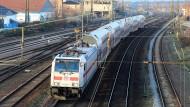 Viele Schienen kosten viel Geld: Ein IC verlässt den Bahnhof in Köthen (Sachsen-Anhalt)