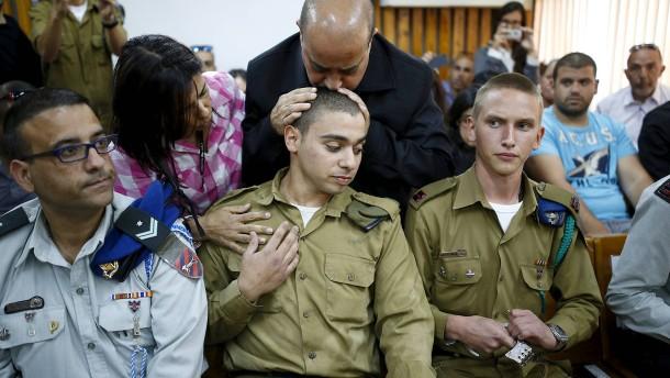 © Reuters Ein Militärgericht hat den israelischen Soldaten Elor Azaria schuldig gesprochen. Sein Vater küsst ihm Im Gerichtssaal den Kopf.