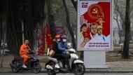 Parteiwerbung allerorten: Motorrollerfahrer in den Straßen von Hanoi Mitte Januar