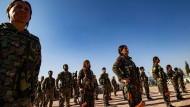 Kurdische Truppen nehmen am Sonntag in der Stadt Derik an einer Trauerfeier für Kurden teil, die von mit der Türkei verbündeten Kämpfern getötet wurden, darunter Zivilisten.