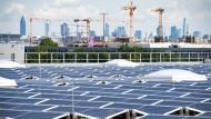 Vor der entfernten Kulisse Frankfurts sind Kollektoren für Solarenergie auf dem Dach einer Cargo-Halle am Flughafen installiert, die 1,6 Megawatt Strom liefern und rund 470 Haushalte damit versorgen könnten.