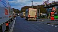 Lastwagen an der geschlossenen Raststätte Montabaur an der A3.