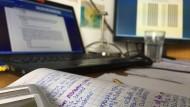 Statt Präsenzklausuren müssen die Studierenden ihre Prüfungen oft am heimischen Laptop ablegen.