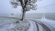Das Allgäu. Unendliche Weiten. Doch in der so leer scheinenden Winterlandschaft siedelt Gerhard Köpf heiße mafiöse Umtriebe an.