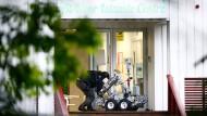 Ein Polizist bereitet einen Roboter zur Kontrolle der Räume in der Moschee in Baerum vor.