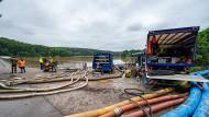Das Technische Hilfswerk (THW) und die Feuerwehr pumpen Wasser in der Steinbachtalsperre ab.