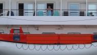 """Bis zum Ende der Woche sollen fast alle der rund 830 Passagiere an Board der """"MS Artania"""" nach Deutschland gebracht werden."""