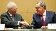 Die Präsidenten des deutschen und französischen Parlaments Schäuble und Ferrand bei der Unterzeichnung des Abkommens für das Parlament am Montag in Paris