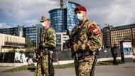Soldaten mit Atemschutzmasken patrouillieren in Budapest.