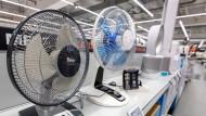 In der Hitze helfen Ventilatoren, doch in manchen Märkten werden einige Modelle schon knapp.