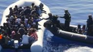 """Mehr als 100 Migranten werden Ende März 2016 von einem deutschen Schlauchboot des Schiffs """"Frankfurt am Main"""" vor Libyen gerettet"""