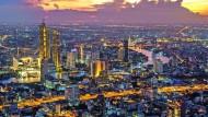 Die Skyline der Millionenstadt Bangkok während dem Sonnenuntergang. Hier kann schon mit Bitcoin bezahlt werden.