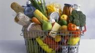 Ein Drahtkorb mit und verschiedenen Lebensmitteln