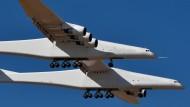 Sechs Turbinen, 28 Räder und 117 Meter Spannweite: Das Flugzeug der Firma von Microsoft-Gründer Paul Allen besitzt wahrlich gigantische Ausmaße.