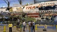 Wieder zusammengesetzt: Das Wrack des abgestürzten Flugzeugs wird in einem Hangar in Virginia zum Jahrestag der Katastrophe 2008 vorgestellt.