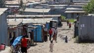 Die Armenviertel und Flüchtlingslager wie hier in Kenia trifft es besonders hart.