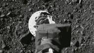 Ein Nasa-Foto zeigt den Arm der Raumsonde auf der Oberfläche des Asteroiden Bennu.