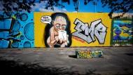 Berlin, Prenzlauer Berg: Ein Sprayer deutet Tolkiens Figur Gollum im Mauerpark als Zeitgenossen