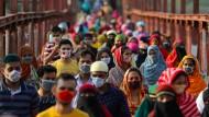 Wieder im Einsatz: Näherinnen und Näher in Dhaka, Bangladesch, nach dem Corona-Lockdown