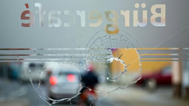 © dpa Die zerstörten Schaufensterscheiben im Bürgerbüro des SPD-Landtagsabgeordneten Patrick Dahlemann in Torgelow in Mecklenburg-Vorpommern