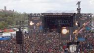 """Rheinland-Pfalz, Nürburg: Rockfans drängen sich vor der Hauptbühne des Open-Air-Festivals """"Rock am Ring"""". (Archivbild von 2019)"""