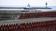 Rohre für Nord Stream 2 werden im Hafen von Mukran auf Rügen gelagert