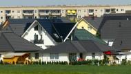 Abgesehen vom Baukindergeld hat die Bundesregierung diese Legislaturperiode wenig bis nichts für Wohneigentümer getan. Das Foto zeigt mehrere Einfamilienhäuser in Magdeburg.