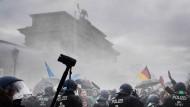 Die Demo vorm Reichstag wird mit Wasserwerfern beendet.