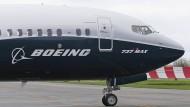 Ein Pilot winkt im Jahr 2017 aus der Pilotenkabine eines Flugzeuges vom Typ Boeing 737 Max.