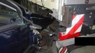 Das Foto der Polizei zeigt einen VW Golf, der in einen Lastwagen gefahren ist. Ein Achtjähriger aus Soest hatte zuvor eine Spritztour unternommen.