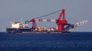 """Auf der Ostsee liegt das russische Verlegeschiff """"Fortuna"""" auf Reede vor dem Seehafen Rostock."""