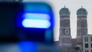 Polizei verhaftet Frau in München, weil diese Nachts bei einem Mann einbrach und ihn auf den Mund küsste (Symbolbild).