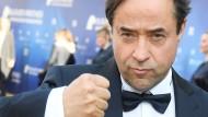 Anpacken muss der Schauspieler woanders: Für den Chef der Uniklinik Essen ist eine Schicht von Jan-Josef Liefers in seiner Notfallmedizin kein Thema.