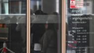 Menschen am Eingang der Ausländerbehörde in Frankfurt am Main: Deutschland ist im Jetzt endlich ein Einwanderungsland geworden.