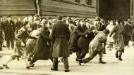 Am 10. Februar 1933: In Berlin gibt es gewalttätige Auseinandersetzungen zwischen Nationalsozialisten und Republikanern vor der Berliner Universität.