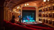 Die Digitalisierung ist gekommen, um zu bleiben, auch die Kunst, die seit Pandemie-Beginn neue Verbreitungswege ausprobiert, wird nicht verschont: Aufnahmen im Prager Nationaltheater im Dezember 2020.