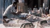 """Kampf um jedes einzelne Leben: Szene aus dem Film """"Die Pest"""" (1992) von Luis Puenzo"""