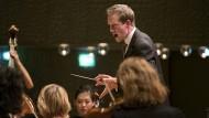 Der Dirigent Justin Doyle im jahr 2018 in der Elbphilharmonie Hamburg