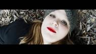"""Stefanie Reinsperger in """"Ich bin ein Dreck"""", dem Film, den sie zusammen mit Akin Isletme für das Brechtfestival gemacht hat."""