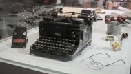 """Neben Brille und Pfeifen: die Schreibmaschine, auf der """"Der Fänger im Roggen"""" entstand"""