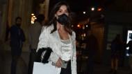 Ob diese Besucherin der Mailänder Modewoche eine Atemschutzmaske trägt, um postoperative Spuren zu verbergen? Wahrscheinlich nicht. Dafür eigne sich die Maske aber ganz wunderbar, erklärt ein Schönheitschirurg.