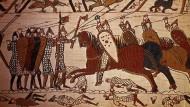 Ein Detail des Bilderteppichs von Bayeux: Das sächsische Fußvolk kämpft in der Schlacht von Hastings im Jahr 1066 gegen die normannische Reiterei.