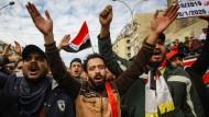 Regierungsfeindliche Demonstranten bei einer Demonstration auf dem Tahrir-Platz in Bagdad