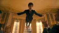 """Wenn man schon mit Geistern sprechen kann, sollten die einen hin und wieder als Partygag schweben lassen: Robert Sheehan als Klaus in """"The Umbrella Academy"""""""